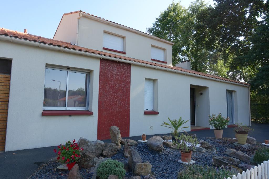 GENESTON : Maison de 142m2 avec 596m2 de terrain à deux pas du bourg